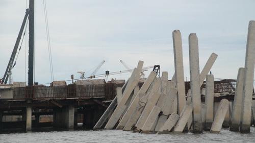 Sập cầu cảng Tổng kho dầu khí Đà Nẵng - 1