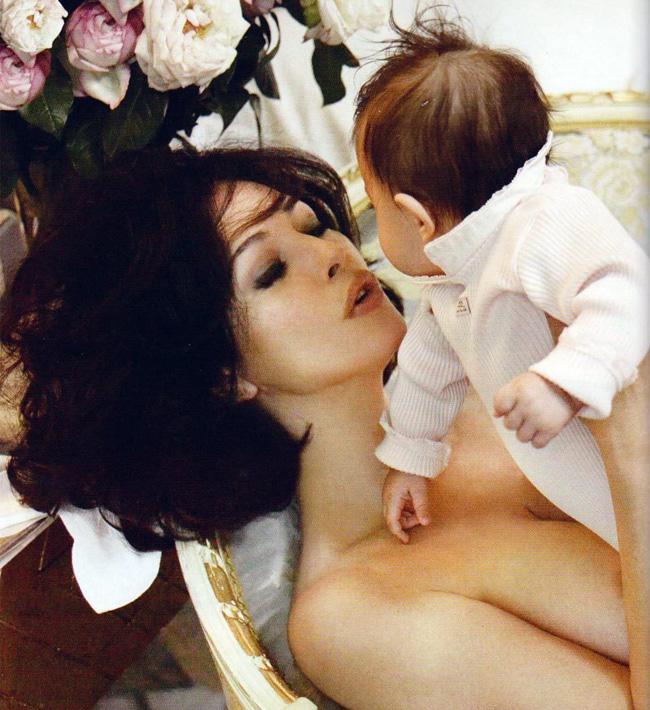 Hiện tại, Monica Bellucci đang có một cuộc sống hạnh phúc cùng chồng con.