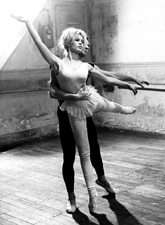 """Ông James Hyman - người tổ chức triển lãm ảnh về Bardot tại London (Anh) nhân ngày sinh lần thứ 75 của bà nhận xét: """"Brigitte Bardot có vẻ đẹp tự nhiên, không trang điểm và chỉ đi giày  gót thấp bởi từng học ballet. Đó là hình ảnh của sự tự do, cởi mở và sức trẻ""""."""