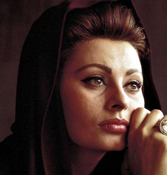 Cách đây ba năm, Sophia Loren vẫn làm người mẫu chụp ảnh lịch bên cạnh một số mỹ nhân chỉ bằng nửa tuổi bà.