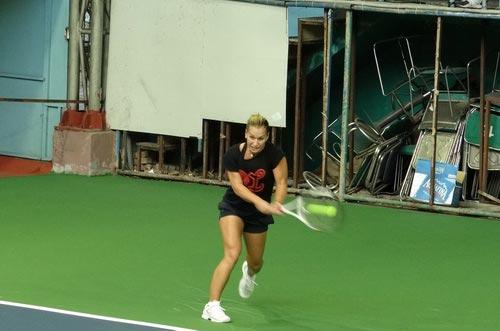 Cibulkova tự lau sân để tập luyện - 1