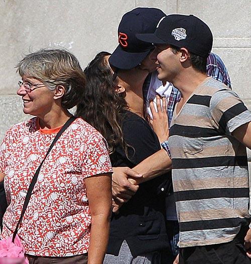 Mila và Ashton khóa môi giữa phố - 1