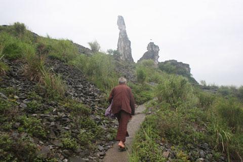 """Tự nhận mình là trụ trì """"chùa Vọng Phu"""" - 1"""