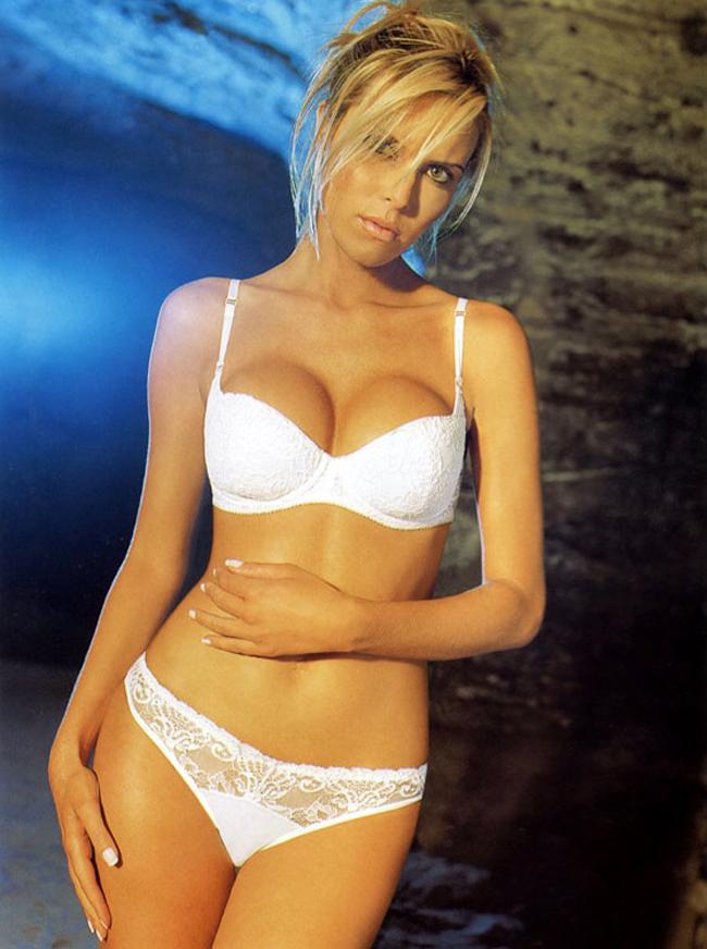 Sinh ra tại Colombia, song Claudia Perlwitz lại cùng gia đình chuyển tới Venezuela sống từ nhỏ. Mẹ Claudia vốn dĩ là một người mẫu chuyên nghiệp, chính bởi thế cô đã được hướng theo nghiệp 'chân dài' từ hồi 9 tuổi. Với số đo 3 vòng 92-61-91, chỉ một thời gian sau khi bước vào nghề, cô  đã được đánh giá là một trong những siêu mẫu hàng đầu tạiNam Mỹ. Thân hình nóng bỏng, gợi cảm đến từng centimet đã giúp Claudia trở thành  gương mặt được rất nhiều hãng thời trang 'gửi vàng', đặc biệt là những  trang phục bikini. Nổi danh trong làng người mẫu, Claudia Perlwitz đã một thời được coi là  một trong những nàng WAG xinh đẹp nhất khi cặp kè với danh thủ đồng  hương Faustino Asprilla.