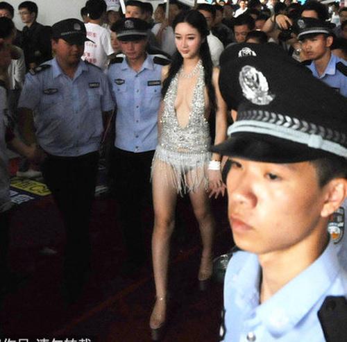 """Ngô Hy Nhi mặc lại bộ váy """"kinh dị"""" - 1"""