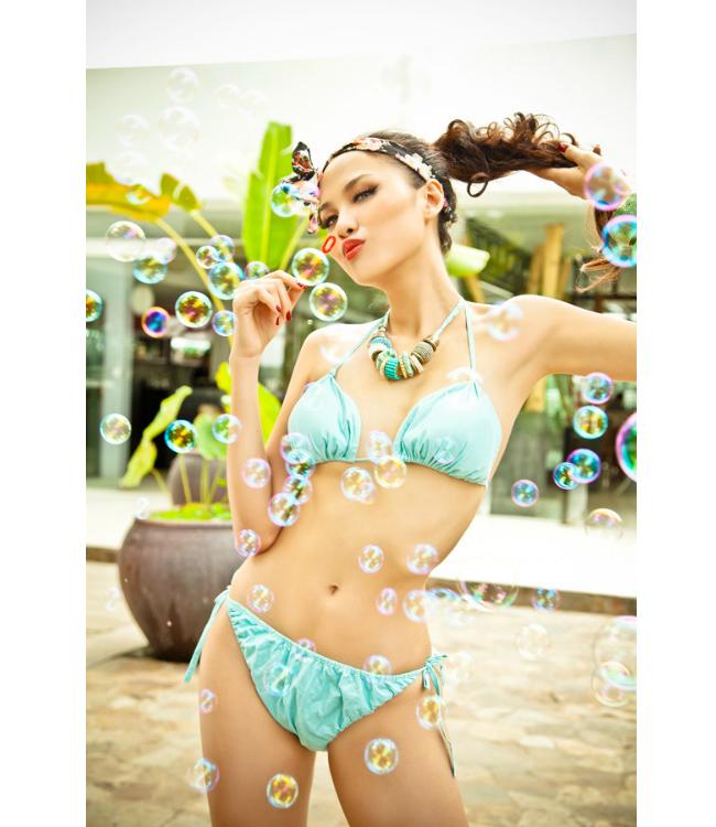 Diễm Hương bất ngờ xuất hiện trong bộ hình với ý tưởng hết sức trẻ trung, tuy nhiên với chiếc quần không vừa cơ thể, trông cô bị mất điểm so với nhiều bộ hình bikini gợi cảm trước kia.