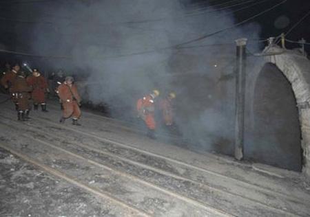TQ: Đứt toa xe trong hầm mỏ, 20 người chết - 1