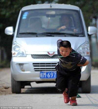 TQ: Xem cậu bé 7 tuổi kéo ô tô - 1