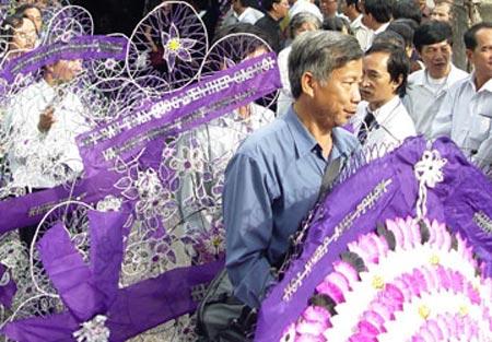 Vòng hoa viếng tang: Chỉ nên vận động - 1