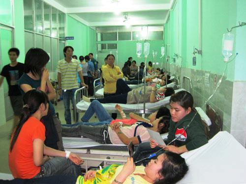 Ăn chiều, gần 700 công nhân bị ngộ độc - 1