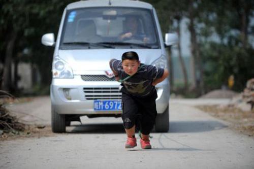 7 tuổi kéo xe tải nặng 1 tấn - 1