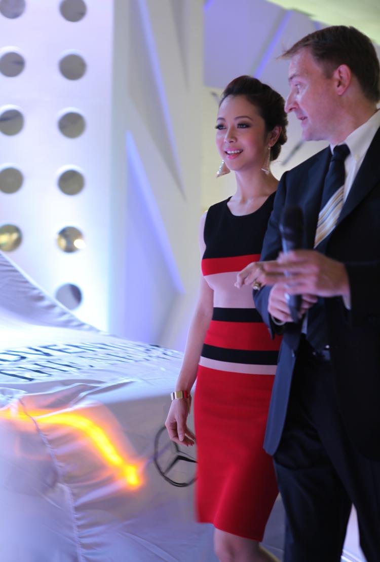 Vẻ đẹp mặn mà đằm thắm của Hoa hậu châu Á tại Mỹ năm 2006, Jennifer Phạm vẫn không hề phai nhạt theo năm tháng khi xuất hiện tại gian hàng Mercedes-Benz trong triển lãm ô tô Việt Nam 2012.