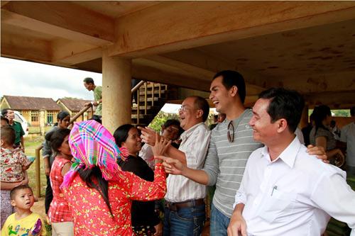 Sao Việt về biên giới tặng quà trung thu - 1