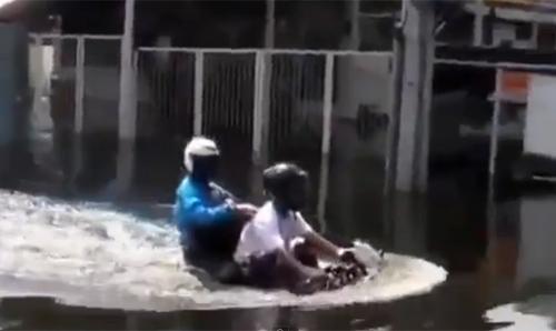 Video: Mẹo giúp mô tô vượt đường ngập nước - 1