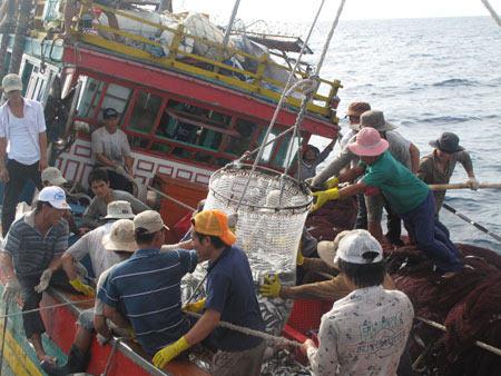 Bão nhấn chìm tàu, 17 ngư dân dạt trên biển - 1