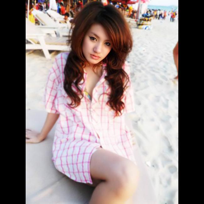 Kong Chan Sreymom sinh ngày 6/7/1990 tại Phnom Penh.