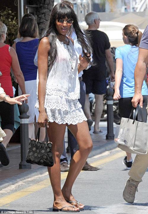 Naomi Campbell khoe đôi chân rắn rỏi - 1