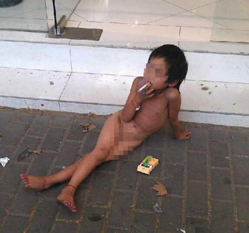 TQ: Bố bắt con gái 6 tuổi trần truồng ăn xin - 1