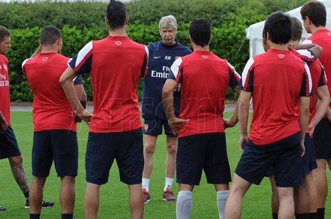 HLV Wenger nói chuyện với các học trò trong buổi hội quân đầu tiên sau mùa giải 2012/13.