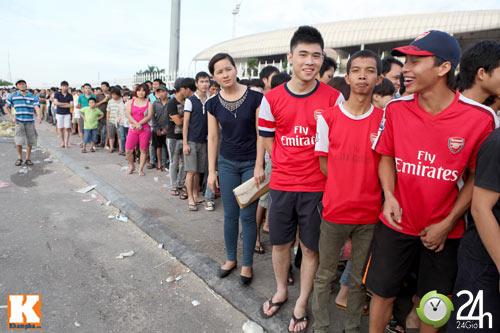 Cả nghìn người xếp hàng mua vé Arsenal - 1