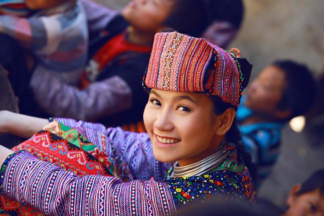 Bộ trang phục khiến Lương Giang hòa nhập một cách tự nhiên với các em nhỏ vùng cao và cũng khiến các em có thiện cảm, yêu quý cô hơn.