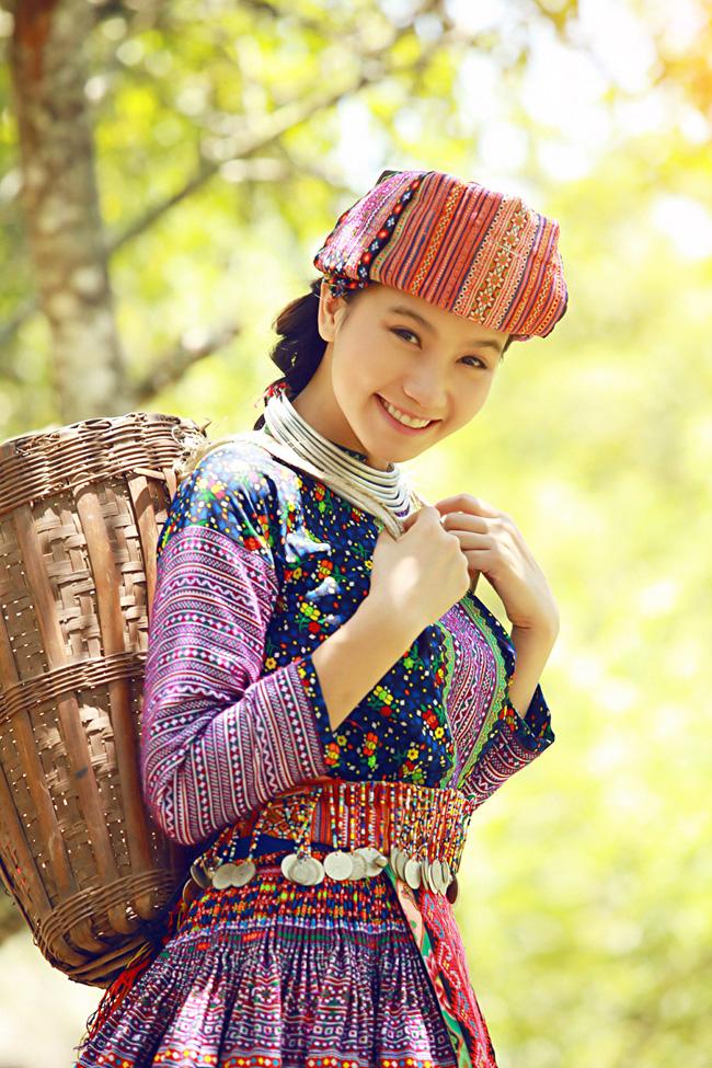Lương Giang thực sự hóa thân thành cô gái H'Mông khi diện chiếc váy thổ cẩm.