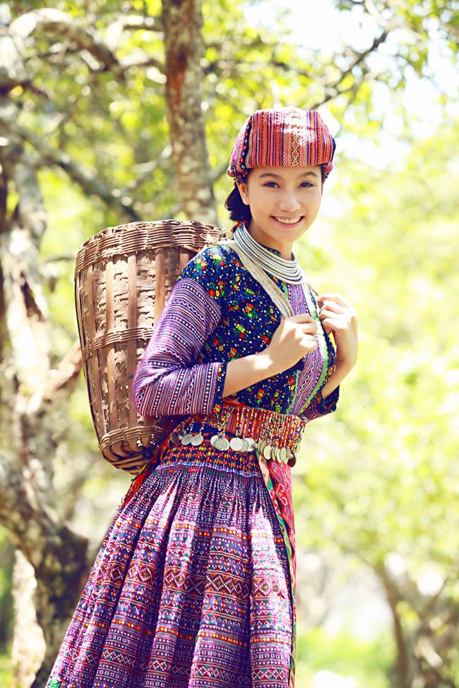 Trang phục không chỉ thể hiện bản sắc văn hóa độc đáo của người H'Mông  mà còn tô điểm thêm nét đẹp, nét duyên thầm cho người thiếu nữ miền sơn  cước.