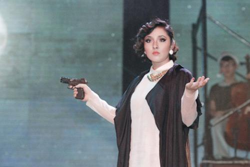 """Bảo Trâm Idol """"mang súng"""" trên sân khấu - 1"""