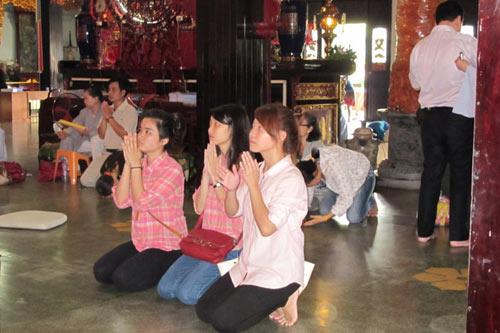 Sĩ tử Sài Gòn lên chùa cầu may - 1