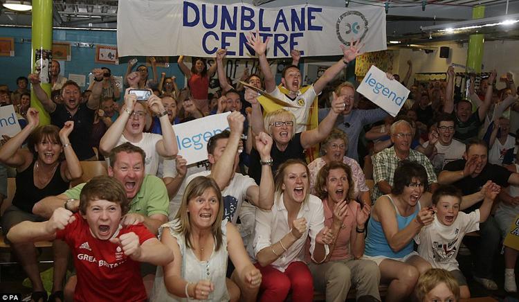 Hơn 50 CĐV đã có mặt ở Dunblane Center để xem trực tiếp trận đấu giữa Murray và Djokovic qua truyền hình.
