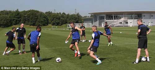 Rooney tươi rói tập luyện cùng MU - 1