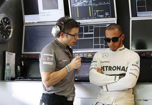 Hamilton: Đầy nhiên liệu, chiếc xe là 1 thảm họa - 1