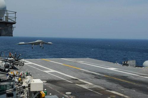 UAV Mỹ hạ cánh thành công xuống tàu sân bay - 1
