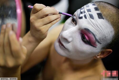 Ngạc nhiên với màn hóa gái nhờ make up - 1