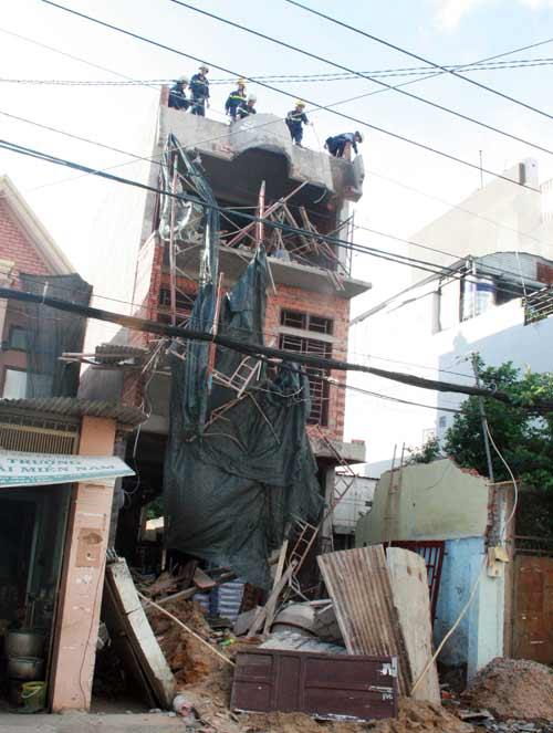 Sập mái vòm nhà đang xây, công nhân hút chết - 1