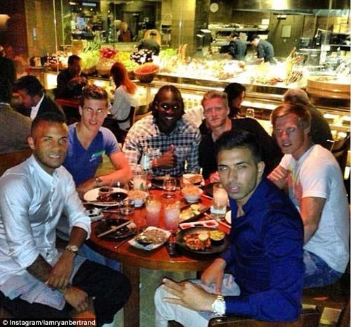 Mourinho tránh mặt học trò khi ăn tối - 1