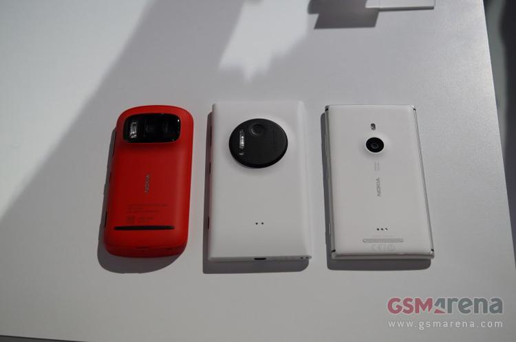 Nokia Lumia 1020 ở giữa, bên trái là 808 PureView và bên phải là Lumia 920