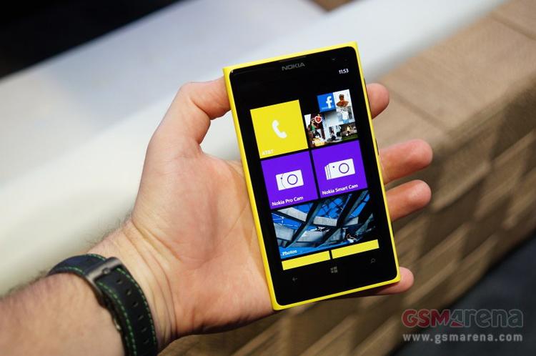 Lumia 1020 có màn hình 4'5 AMOLED với độ phân giải 1280 x 768 điểm ảnh