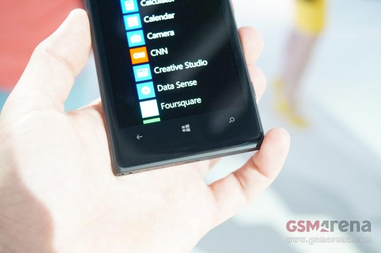 Điện thoại thông minh này được trang bị chipset Snapdragon S4 lõi kép tốc độ 1.5GHz giống như trên Lumia 925. Máy sở hữu bộ RAM 2GB, và bộ nhớ trong dung lượng 32GB. Ngoài ra, Nokia và Microsoft cũng sẽ cung cấp miễn phí 7GB dung lượng lưu trữ thông qua SkyDrive.