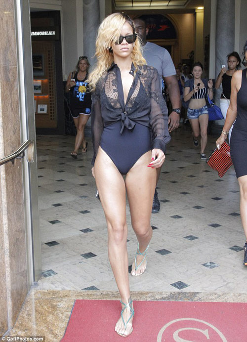 Rihanna liều lĩnh mặc bikini đi mua sắm! - 1