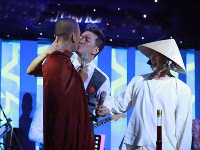 Vụ hôn sư là scandal nhớ đời của Ông hoàng nhạc Việt