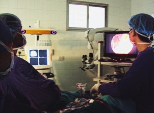 Phẫu thuật lấy khối u khổng lồ ở nền sọ bé gái 4 tuổi - 1