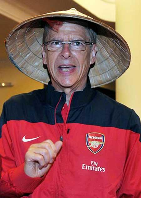 Sao Arsenal ấn tượng với nón lá Việt Nam - 1