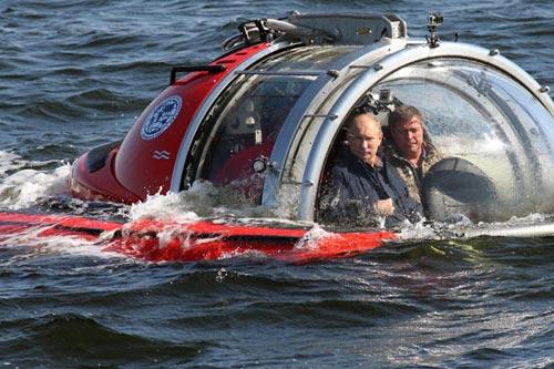 Putin lặn xuống biển Baltic khảo sát tàu đắm - 1