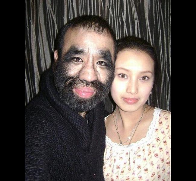 Người khỉ Trung Hoa tên là Yu Zhenhuan lần đầu tiên được biết đến vào ngày 12 tháng 10/2002 trên tạp chí Educating Ricky.