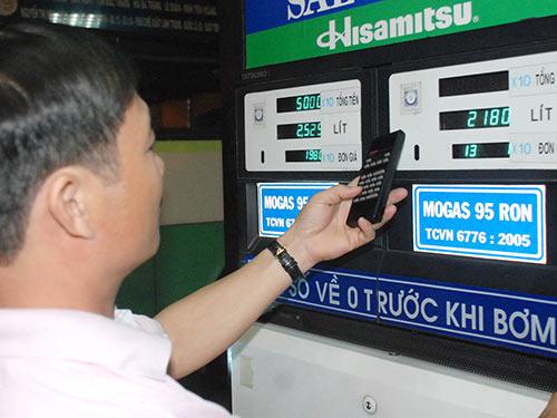 Xăng tăng giá lên sát mức cao kỷ lục - 1
