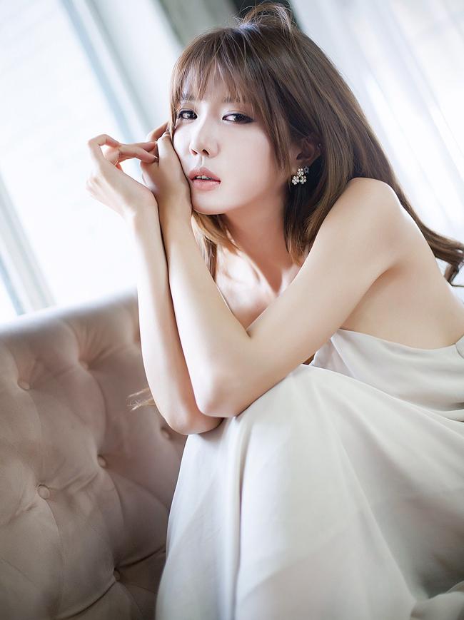 Heo Yun Mi sở  hữu chiều cao 1,72m, vòng một không quá khủng mà đầy đặn vừa phải với  thân hình eo thon của phụ nữ Á Đông.