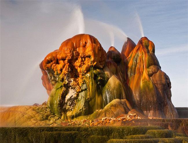 Khi tới mạch nước Fly Geyser ở sa mạc Nevada, khách du lịch như lạc vào cõi 'bồng lai tiên cảnh' bởi vẻ đẹp kỳ thú của nơi đây.
