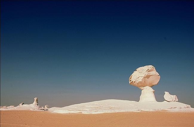 Nơi đây những tảng đá cứng màu trắng có hình dáng kỳ lạ liên tiếp xuất hiện