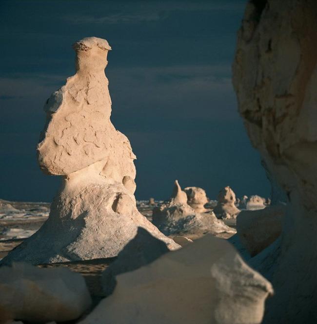 Những cây nấm đá cao 10-15 feet (305 – 457 cm) là tảng đá vôi bị mòn đi do sự kết hợp của gió và cát thổi với tốc độ cao từ hàng ngàn năm nay.